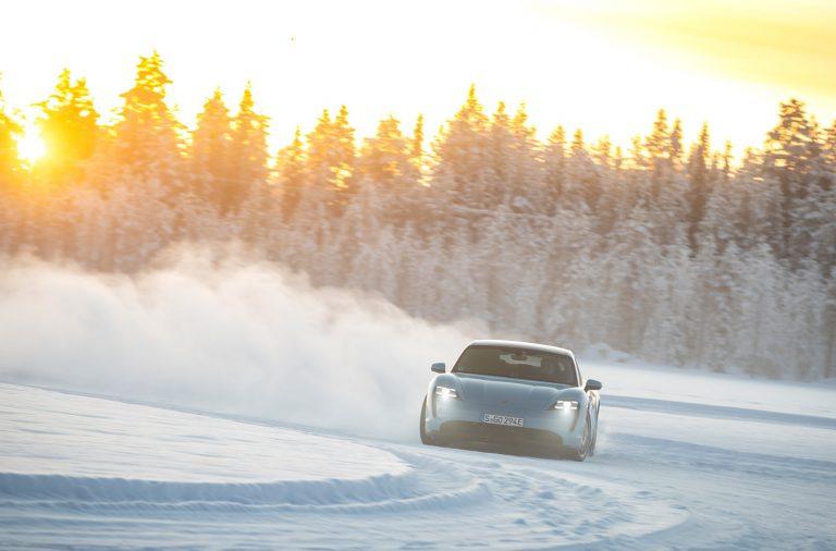 Tapety na telefon Porsche Taycan